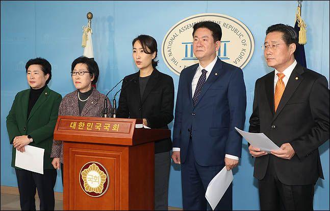 안철수계 의원들이 지난해 12월 17일 오전 국회 정론관에서 선거법 개정안 처리와 관련한 입장을 밝히는 기자회견을 하고 있다.ⓒ데일리안 박항구 기자