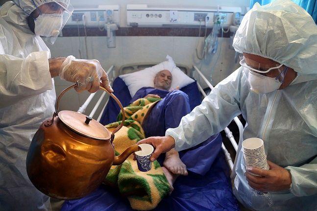 이란 테헤란의 한 병원에서 의료진이 신종 코로나바이러스 감염증(코로나19) 환자를 치료하고 있다.ⓒ뉴시스