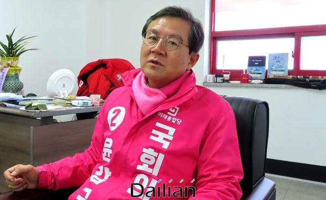 충북 청주상당의 미래통합당 예비후보인 윤갑근 전 대구고등검찰청 검사장이 18일 오후 충북 청주시 상당구 용암동 자신의 선거사무소에서 데일리안과 인터뷰를 갖고 있다. ⓒ청주(충북)=데일리안 정도원 기자