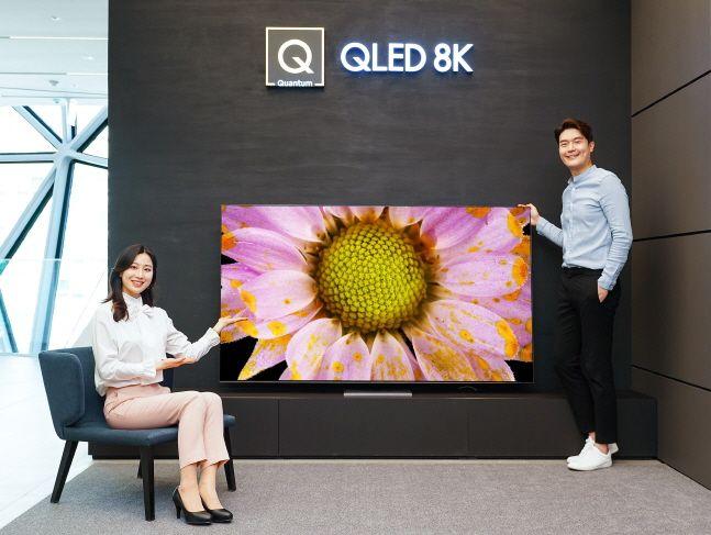삼성전자 모델들이 삼성 프리미엄 스토어 갤러리아 광교점에서 2020년형 QLED 8K TV 85형 QT950S 신제품을 소개하고 있다.ⓒ삼성전자