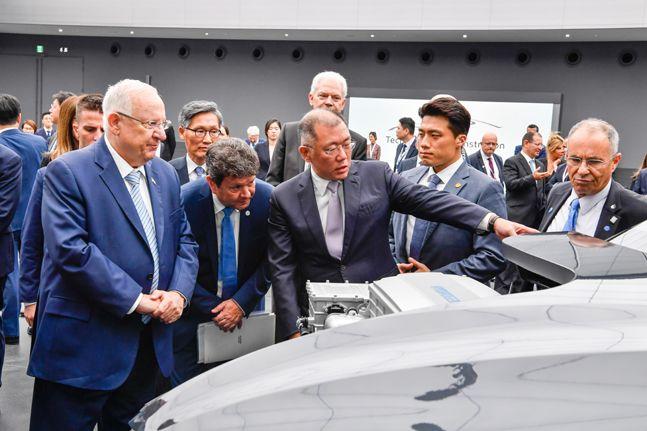 정의선 현대자동차그룹 수석부회장(가운데)이 2019년 7월 15일 오후 경기도 화성시 현대·기아자동차 기술연구소를 방문한 레우벤 (루비) 리블린 이스라엘 대통령(왼쪽)에게 넥쏘 절개차에 대해 설명하고 있다. ⓒ현대자동차그룹