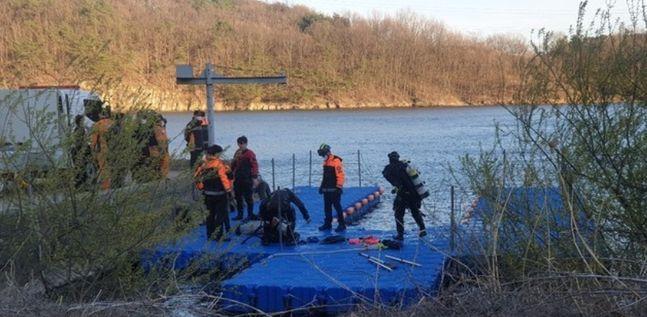 19일 오후 울산 울주군 회야댐에서 헬기 1대가 산불 진화도중 추락한 가운데 소방당국이 탑승자 수색작업에 나서고 있다.ⓒ뉴시스