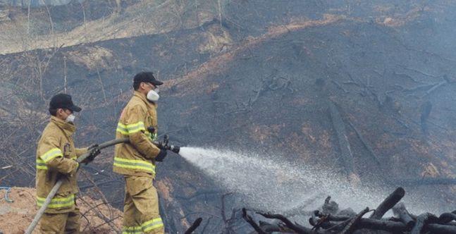 대전 유성구 대정동의 한 야산에서 산불이 발생해 소방대원들이 잔불을 끄고 있다.(자료 사진)ⓒ뉴시스