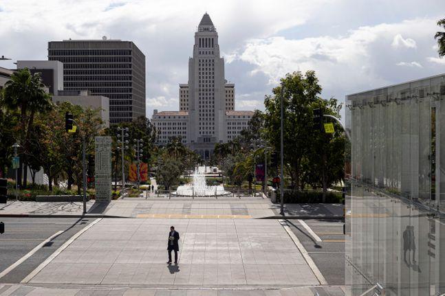 미국 캘리포니아 로스앤젤레스 그랜드애비뉴에서 19일(현지시간) 한 시민이 코로나 19 확산으로 텅빈 중심가를 걷고 있다.ⓒAP/뉴시스