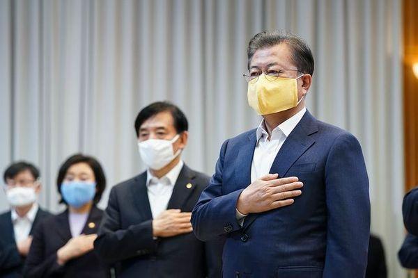 문재인 대통령이 19일 오전 청와대에서 열린 제1차 비상경제회의에서 국민의례를 하고 있다. (자료사진)ⓒ청와대