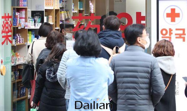 6일 오전 서울 중구 명동의 한 약국에 공적 마스크를 구매하려는 시민들이 줄을 서고 있다. ⓒ데일리안 류영주 기자