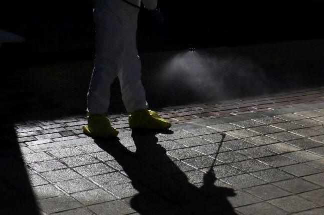 신종 코로나바이러스(코로나19) 확산이 지속되고 있는 가운데 방역작업자들이 방역 소독을 하고 있다. ⓒ데일리안 류영주 기자