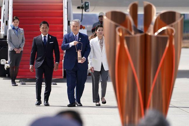 지난 20일 그리스를 출발해 22일 일본에 도착한 성화 ⓒ AP/뉴시스