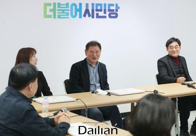 정도상 더불어시민당 공관위원장이 22일 서울 여의도 당사에서 열린 공천관리위원회의에 참석해 회의 시작 전 위원들과 대화하고 있다.(자료사진) ⓒ뉴시스