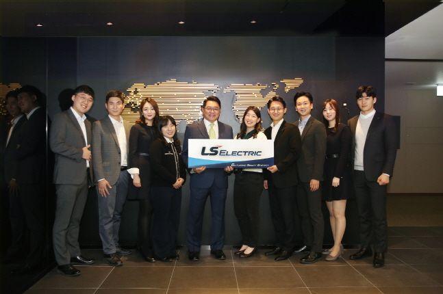 구자균 LS산전 회장(왼쪽에서 다섯번째)이 임직원들과 함께 LS ELECTRIC으로의 사명 변경을 축하하며 기념촬영을 하고 있다.ⓒLS산전