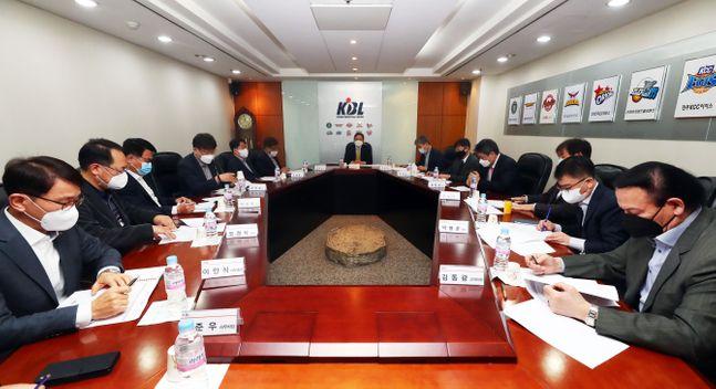 이정대 KBL 총재가 24일 오전 서울 강남구 KBL센터에서 제25기 제5차 이사회를 주재하고 있다. ⓒ KBL