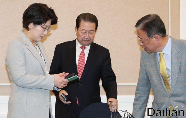 박주선 바른미래당 통합추진위원장(가운데)이 지난달 국회에서 열린 3당 통합추진회의 1차회의에 참석해 악수를 하고 있다. 자료사진. ⓒ데일리안 류영주 기자