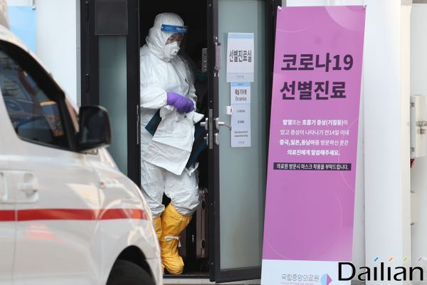 방역복을 입은 의료진이 선별진소를 나서고 있다(자료사진).ⓒ데일리안 류영주 기자