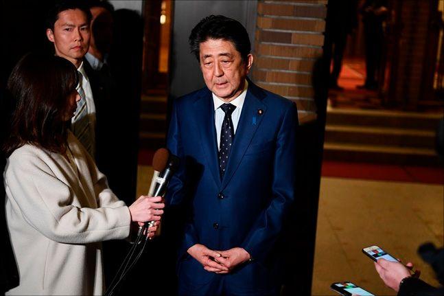 24일 IOC 바흐 위원장과 전화 회담 후 인터뷰하는 일본 아베 총리. ⓒ 뉴시스