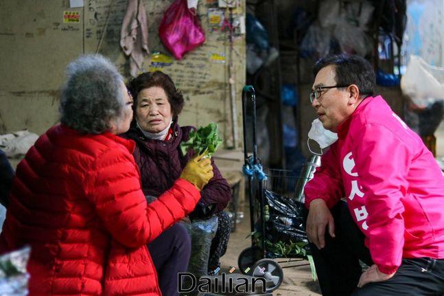 지난 21일 당감시장을 방문해 부산진갑 주민들과 이야기를 나누고 있는 서병수 전 부산시장ⓒ서 전 시장 측 제공