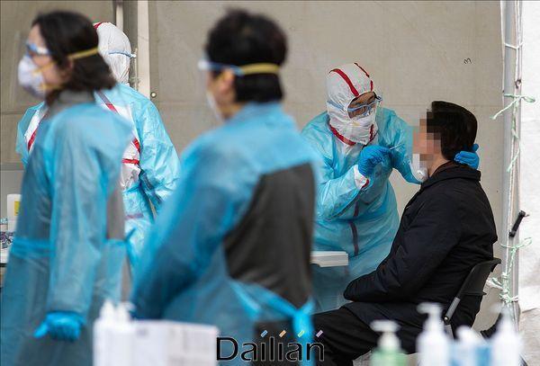 서울의 한 선별진료소에서 검체 채취가 이뤄지고 있다(자료사진). ⓒ데일리안 홍금표 기자