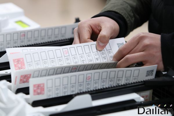 21대 국회의원 선거가 20여일 앞으로 다가온 가운데 서울 종로구선거관리위원회에서 서울시선거관리위원회가 투표지 분류기 모의시험을 실시하고 있다. ⓒ데일리안 류영주 기자