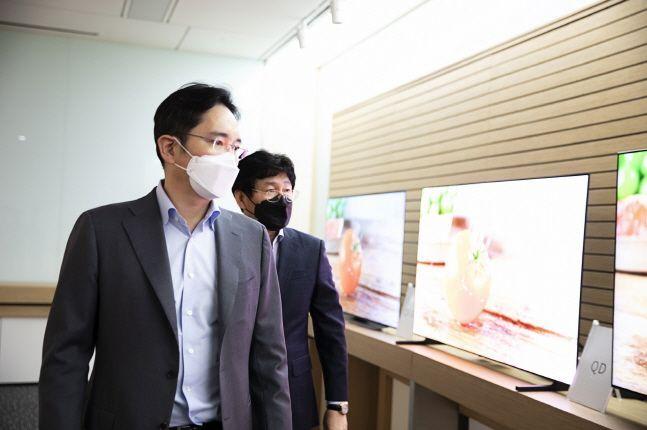 이재용 삼성전자 부회장이 지난 19일 충남 아산 삼성디스플레이 아산사업장에서 회사 관계자들과 함께 제품을 살펴보고 있다.ⓒ삼성전자