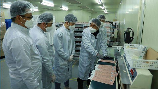 섬성 직원들이 대전광역시 유성구에 있는 마스크 제조기업 레스텍에 파견돼 생산 기술을 전수하고 있다.ⓒ삼성전자 뉴스룸