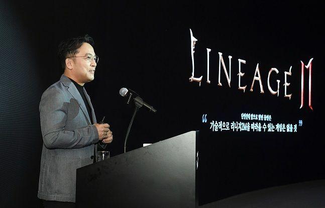 김택진 엔씨소프트 대표가 지난해 9월 5일 서울 역삼동 더 라움에서 열린 리니지2M 미디어 쇼케이스 '세컨드 임팩트(2nd IMPACT)'에서 키노트 발표를 하고 있다.ⓒ엔씨소프트