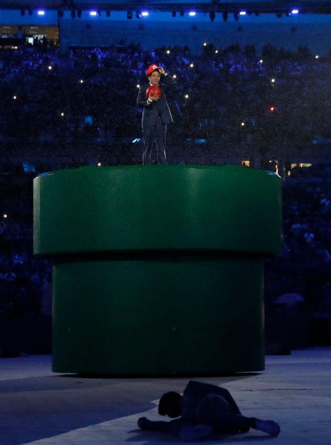 일본은 올림픽 홍보 위해 애니메이션-게임 등 자국 문화를 적극 이용했다. 리우 올림픽 폐회식 당시 슈퍼마리오로 분한 아베 총리. ⓒ 뉴시스