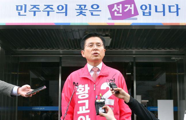 4·15 총선에서 서울 종로구에 출마하는 황교안 미래통합당 후보가 26일 서울 종로구 선거관리위원회에서 후보자 등록을 마친 뒤 기자들의 질문에 답변하고 있다. ⓒ데일리안 박항구 기자