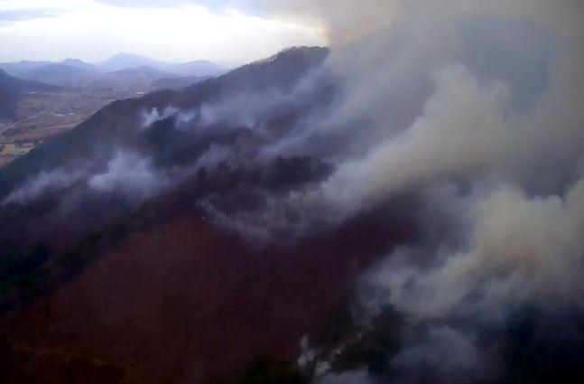 26일 오후 강원 철원군 문혜리 야산에서 산불이 발생해 연기가 피어오르고 있다. ⓒ뉴시스