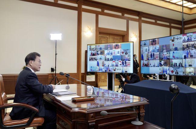 문재인 대통령이 26일 청와대 본관 집무실에서 G20 특별 화상 정상회의를 하고 있다. ⓒ뉴시스
