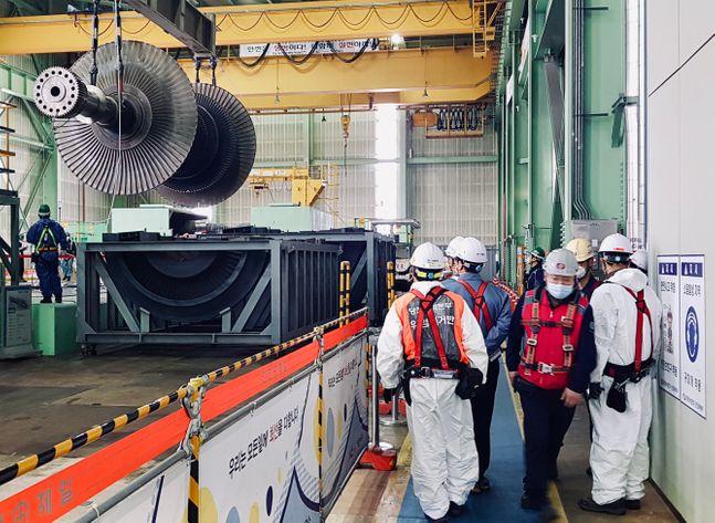 한국동서발전 특별안전점검단이 게획예방정비공사 현장을 차장 안전 점검활동을 벌이고 있다.ⓒ한국동서발전