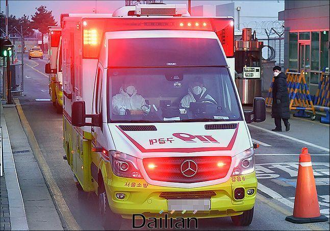 방역복을 입은 구급대원이 탑승한 구급차가 이동하고 있다(자료사진). ⓒ데일리안 홍금표 기자