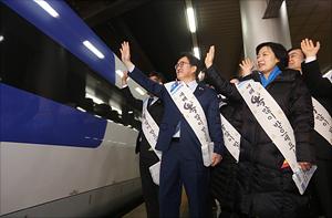 서울역 귀성인사 나선 더불어민주당