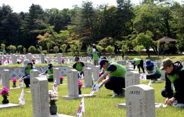(주)코오롱 임직원, 서울현충원서 묘역 정화활동 펼쳐