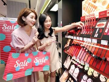 2030 뛰어넘는 화장품 큰 손…'꽃중년' 조준하는 유통업계