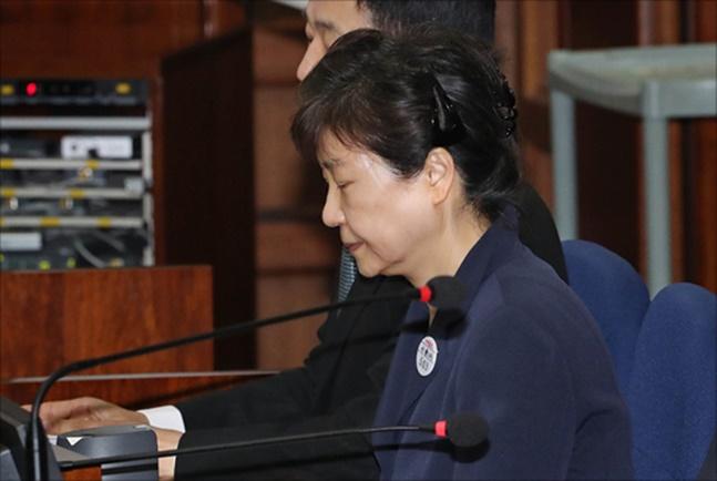 박근혜 '특활비·공천개입' 징역 8년·추징금 33억