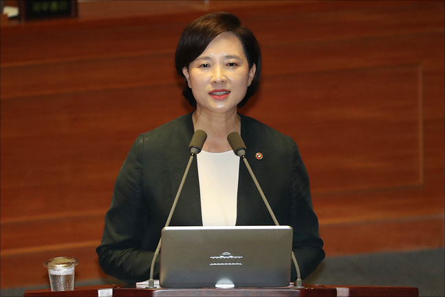 유은혜 교육부 장관 임명에 '보수-진보 대립각'