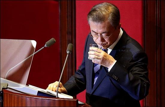 文대통령 지지율 역대 최저치 경신 47.9%…0.6%p 차 역전하나?