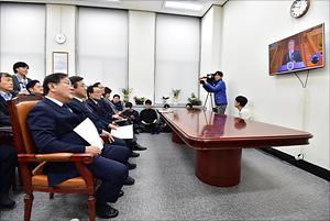 문재인 대통령 신년 기자회견 시청하는 더불어민주당