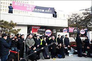대법원 앞에서 입장 발표하는 양승태 전 대법원장