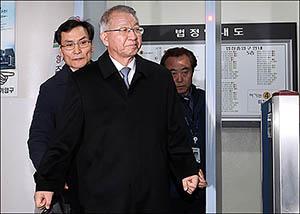 양승태 영장심사 5시간 반만에 종료…서울구치소서 결과 대기