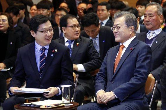 與 대량구매 독려한 '김경수 자서전'…文대통령은 추천사