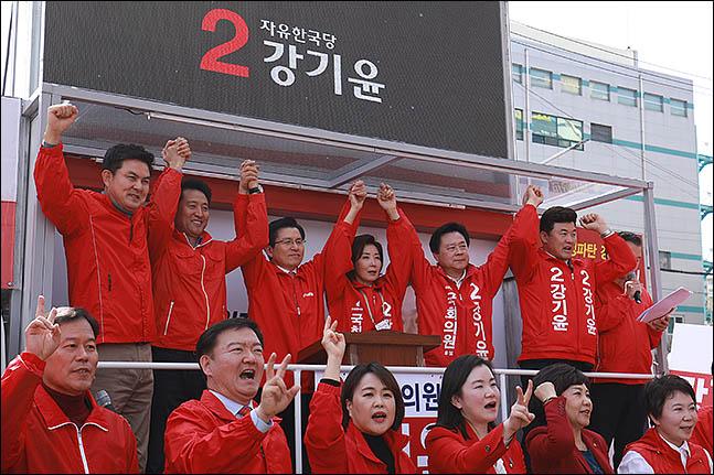 '재보선 올인' 황교안, '삼합' 행보 주목