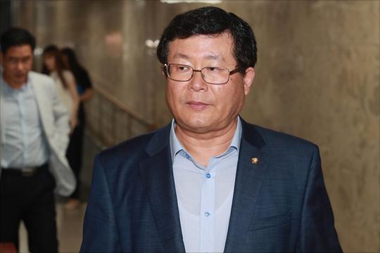 속좁은 김여사 '악수패싱 논란' 해명…靑·민주당 손발 안 맞아