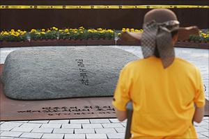 '노무현 서거 10주기' 이른 아침부터 봉하마을 찾은 시민들