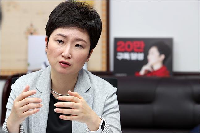 """이언주 출판기념회…""""위험천만한 '보이는 손' 고발한다"""""""