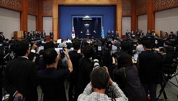 '北목선 귀순 의혹' 휩싸인 靑...예정에 없던 '인사발표-브리핑' 쏟아내