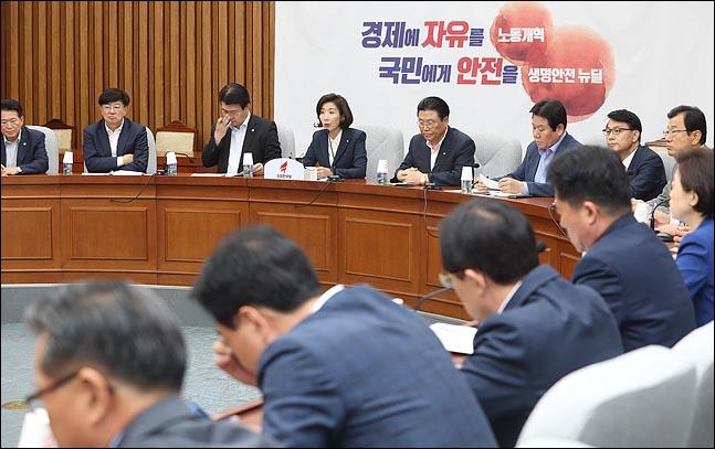 """""""인사검증엔 무능하면서""""…한국당, '페북정치' 조국 융단폭격"""