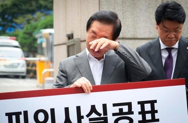 """'1인 시위' 중 눈물 훔친 김성태 """"채용비리 기소는 소설"""""""