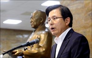 황교안, 이승만 동상 앞에서 광복절 담화문 발표