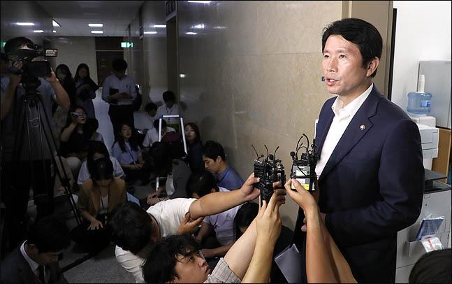 조국 겨눈 檢…민주당은 '원칙수사' 강조