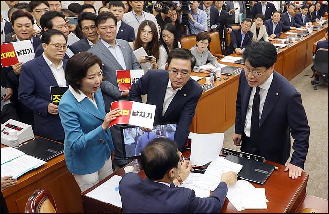 """한국당 """"민주당 탄핵하자""""…선거법 개정안 정개특위 통과 강력 반발"""